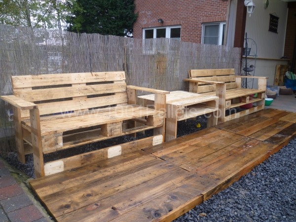 20 amazing diy pallet projects for your garden for Palette table de jardin